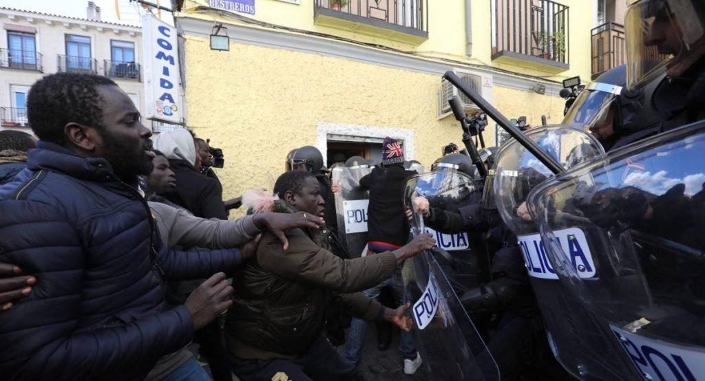 Полицията трябваше пак да се намеси, за да изведе безопасно консула на Сенегал от кафенето, в което той се скри от гнева на сънародниците си. Снимка: El Pais
