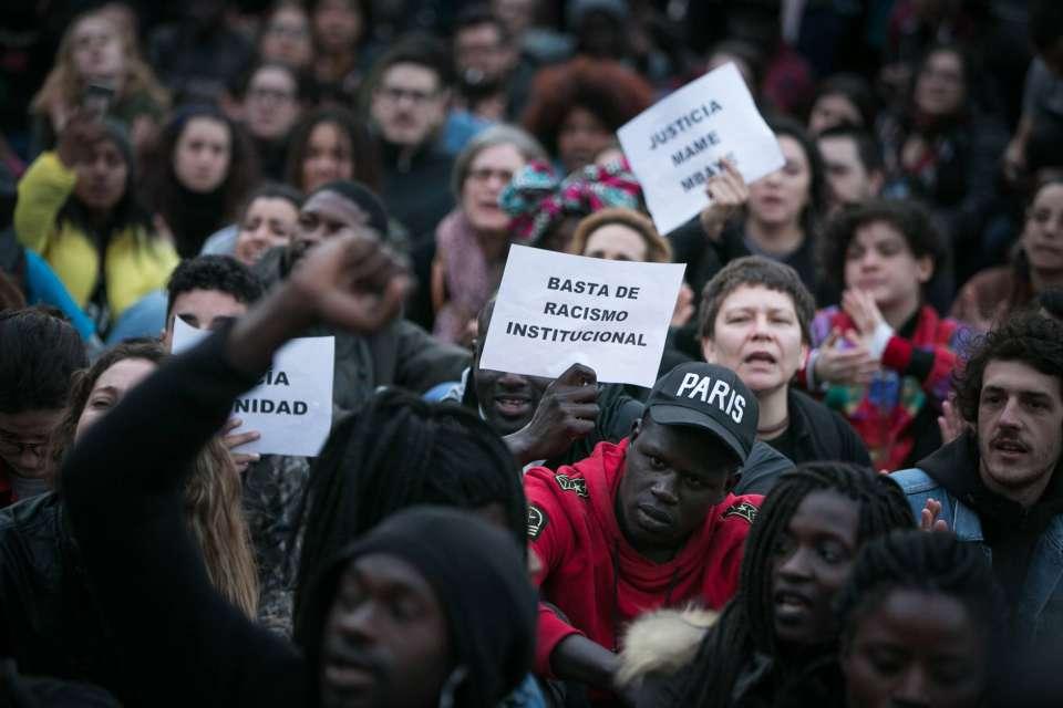"""""""Стига институционален расизъм""""–гласи един от лозунгите, размахвани от демонстрантите на площад """"Нелсън Мандела"""" в квартал Лавапес. Снимка: Туитър"""