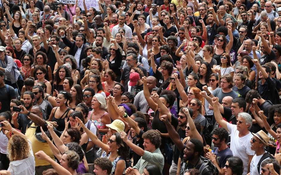 Поддръжниците на Мариеле в Рио я изпратиха с борбено вдигнати юмруци. Снимка: Terra