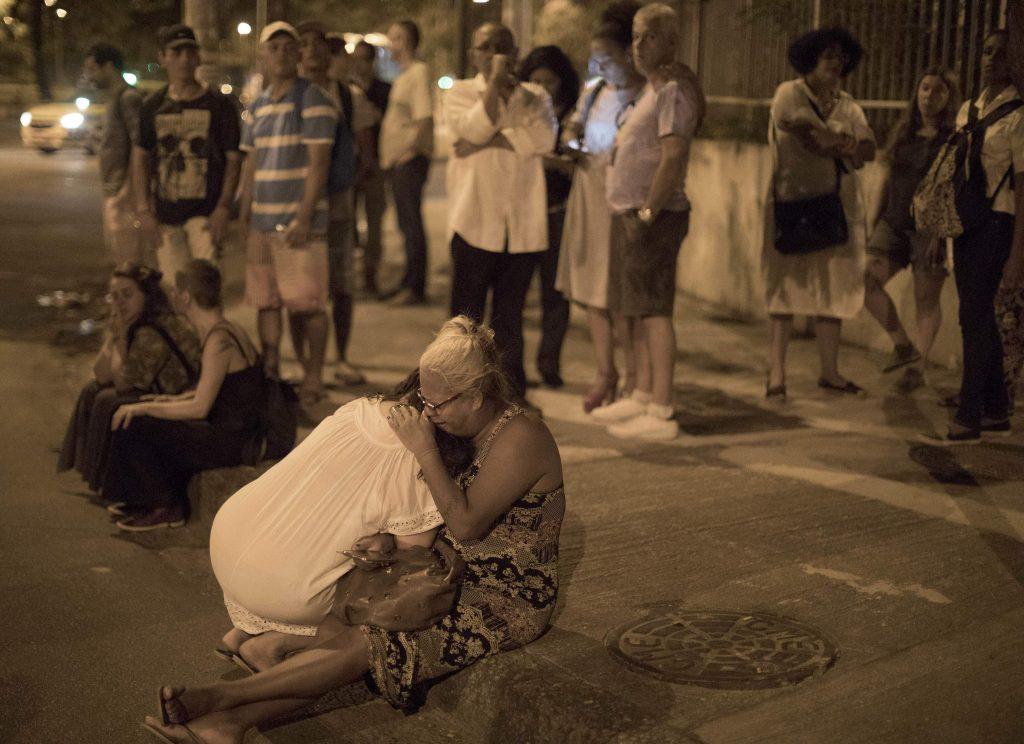 Шокирани от престъплението приятели и съидейници на Мариеле дойдоха на мястото на убийството ѝ да я оплакват. Снимка: Terra