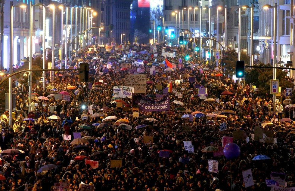 """Това човешко море по """"Гран Виа"""" в Мадрид е само част от онези общо един милион души, парализирали снощи испанската столица. Снимка: El Pais"""