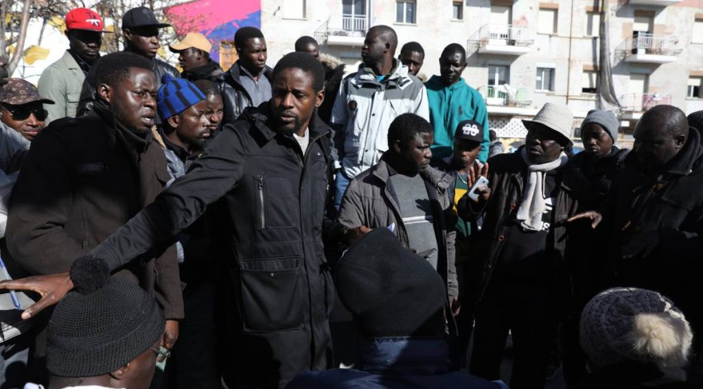 """На площад """"Нелсън Мандела"""" В Лавапиес от сутринта се трупат недоволни обитатели на Лавапиес. Снимка: El Pais"""