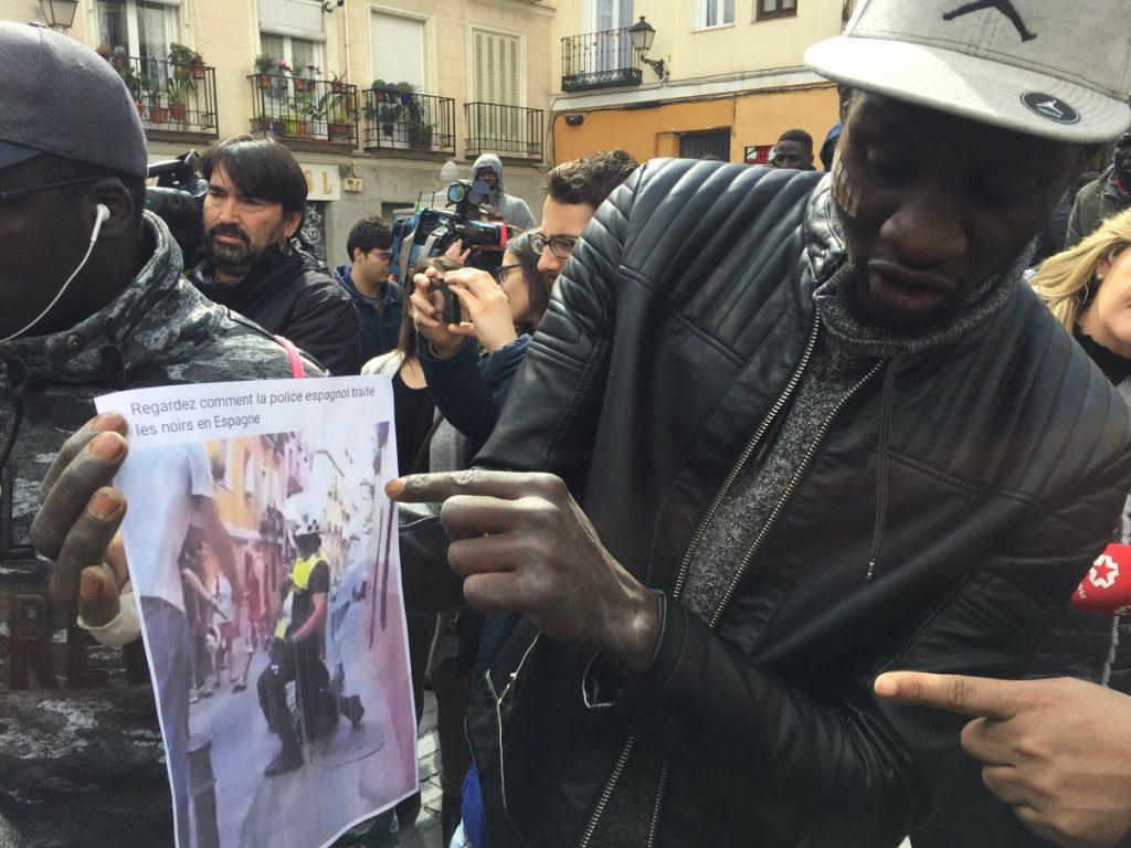 """Африкански имигрант """"одеалджия"""" показва пред медиите снимка, на която личи как полицаи малтретират амбулантни търговци. """"Аз не искам да крада. Искам да работя. Защо ни тормозят?"""", казва човекът, цитиран от """"Ел Паис"""". Снимка: El Pais"""