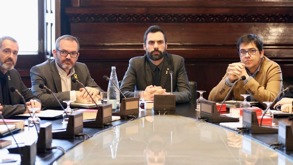 Председателят на парламента в Каталуня Рожер Торен (в средата) свика заседание за 28 март с цел да се обявят премиерските кандидатури на Карлес Пучдемон, Жорди Санчес и Жорди Турул–нищо, че всички са зад решетките. Снимка: El Pais