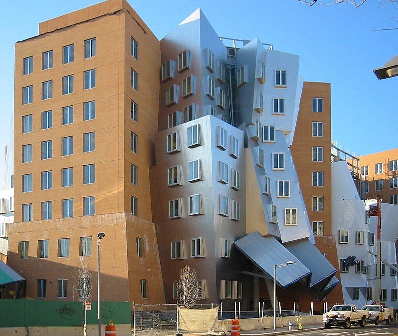 Модернистичната сграда на Масачузетския технологичен институт, дело на архитекта Франк Гери–в нея досега бе офисът на Ноам Чомски. Снимка: Уикипедия