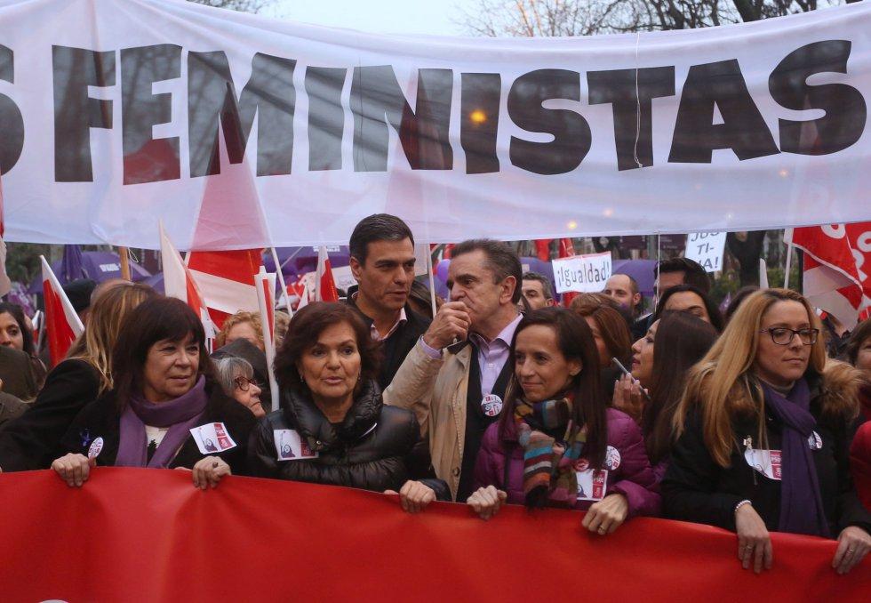 Партийният лидер на социалистите Педро Санчес (високият в средата) участва заедно със свои съпартийки и съпартийци в осмомартенското шествие в Мадрид. Снимка: El Pais