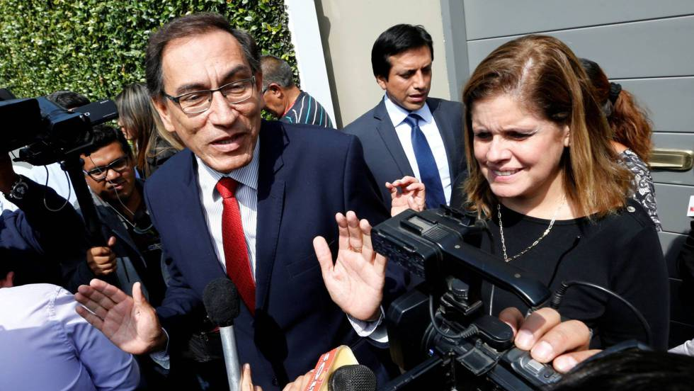 """Първият вицепрезидент Мартин Вискара ще поеме поста на държавния глава. До него е втората вицепрезидентка Мерседес Араос–тя е """"резерва"""". Снимка: El Pais"""