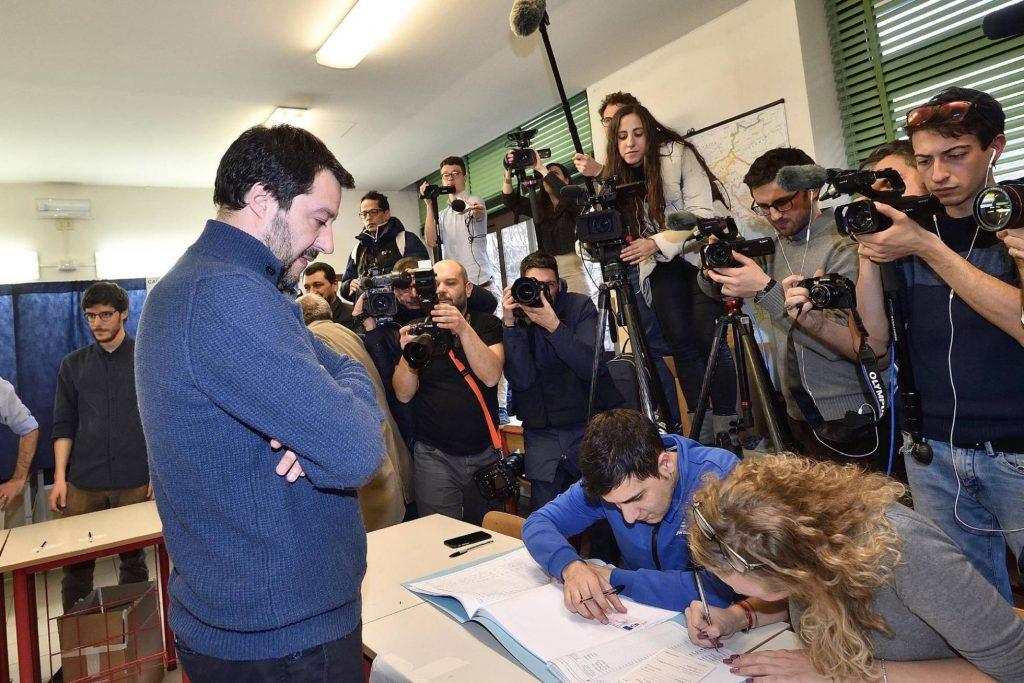 Водачът на Лигата Матео Салвини (изправен, в профил) е убеден, че премиерския пост се полага нему. Снимка: EFE