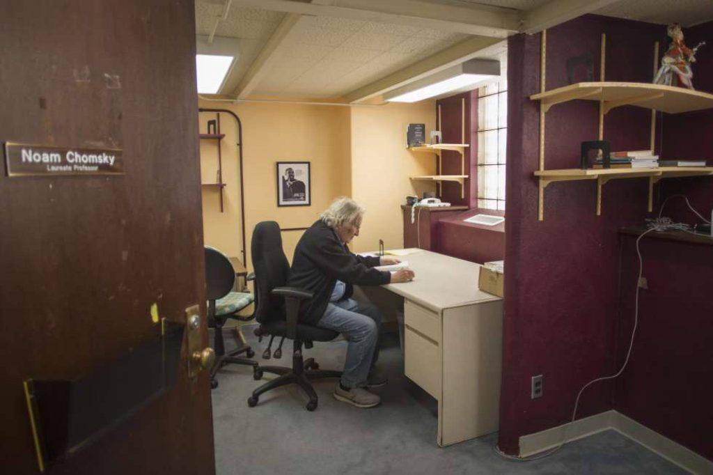Ноам Чомски в още неуредения си кабинет в Университета на Аризона. Снимка: El Pais