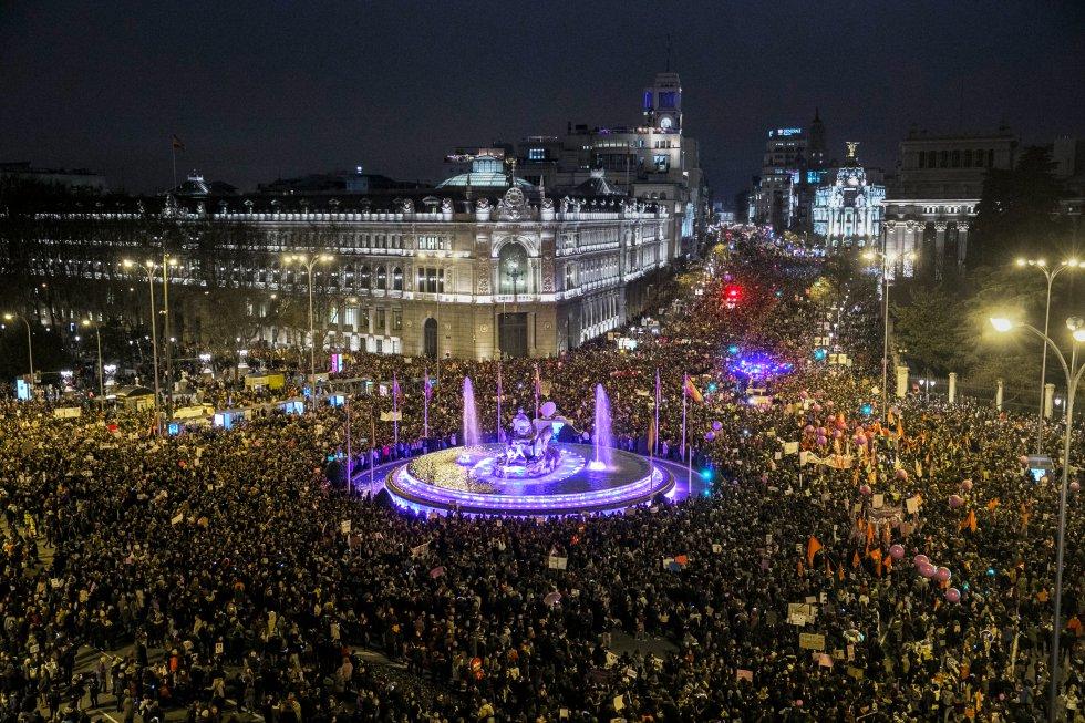 """Площад """"Сибелес"""" в Мадрид, залят от човешкото множество, включило се във вечерното протестно шествие на жените навръх осми март. Снимка: El Pais"""