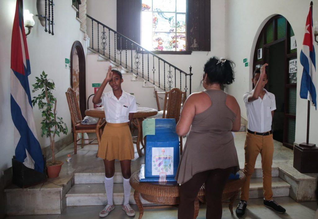Кубинска избирателка се запътва да си пусне бюлетината в урната. Снимка: Resumen Latinoamericano