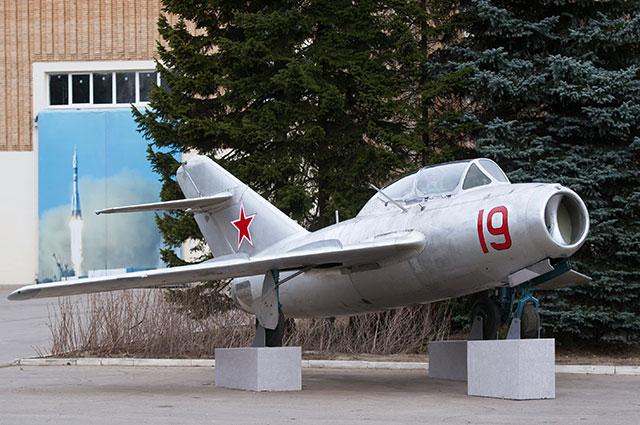 На такъв учебен МИГ-15 УТИ Гагарин извършва тренировъчните полети. С такава машина е и катастрофата, в която загиват заедно със Серьогин. Снимка: РИА