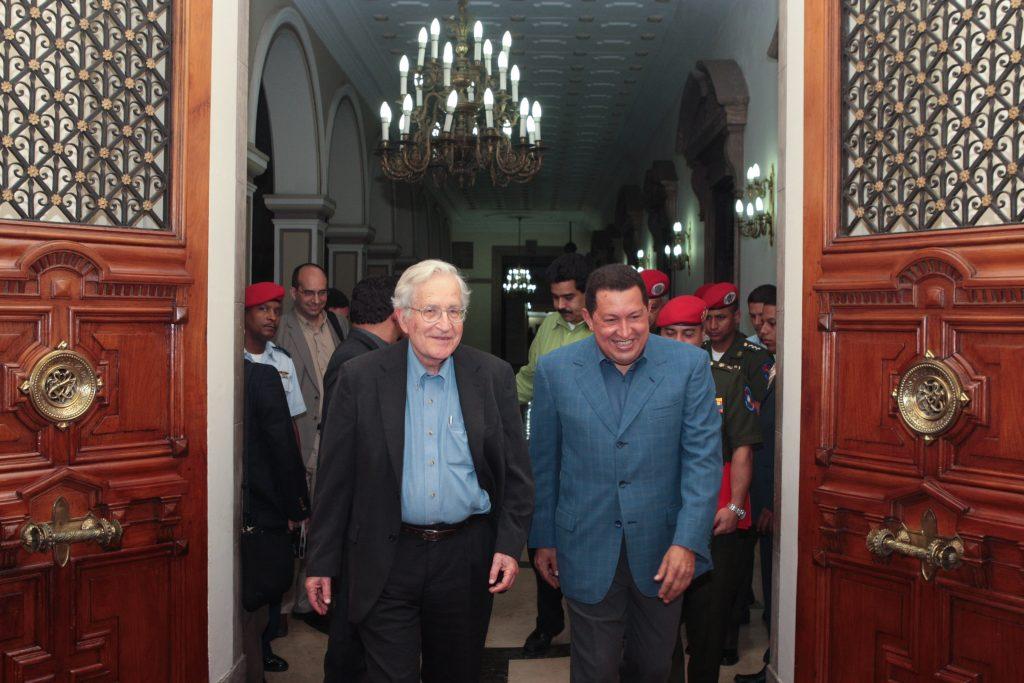 Ноам Чомски по време на свое гостуване в президентския дворец в Каракас през 2009 г., когато там го посреща и изпраща Уго Чавес. Снимка: ABN