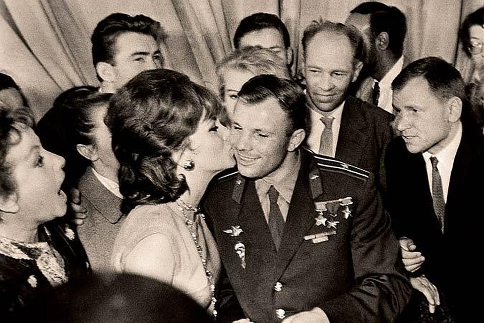 Целувка от Джина Лолобриджида за Юрий Гагарин. Снимка: Комсомольская правда