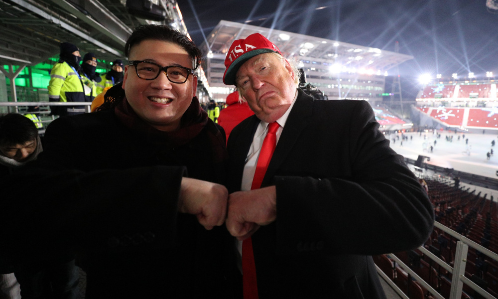 Тези двойници на Ким Чен-Ун и на Доналд Тръмп забавлявали публиката по време на олимпийските игри в Южна Корея, очевидно се оказаха добри пророци. Снимка: thebiglead