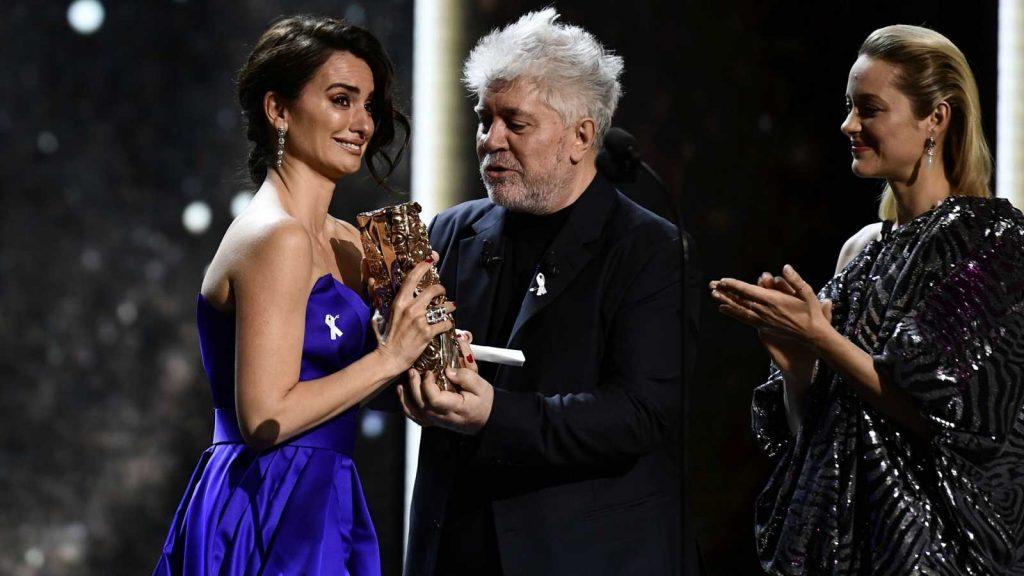 """Пенелопе Крус се разплака, получавайки """"Сезар"""" от ръцете на Педро Алмодовар на церемонията в Париж през март т.г. Снимка: RTVE"""