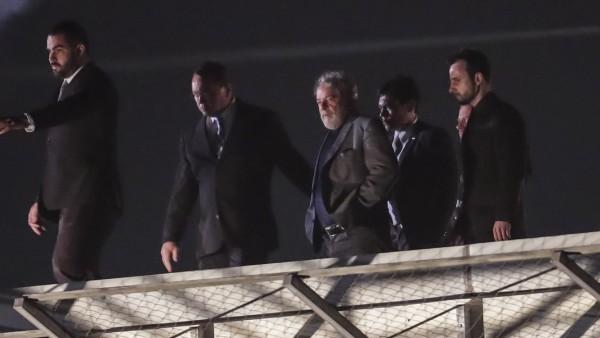 Съпровождан от полицаи, Лула влезe в затвора в Куритиба. Снимка: ЕFЕ