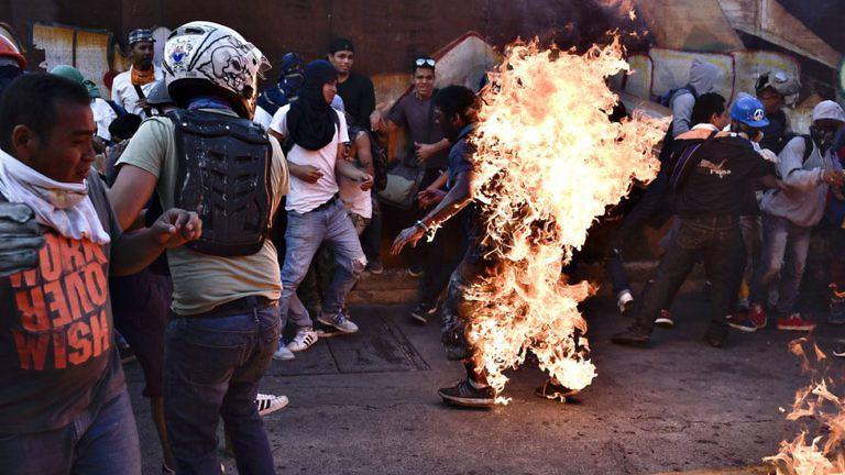 Подпаленият от антиправителствени демонстранти в Каракас Орландо Фигерас почина от получените 88% изгаряния. Източник: Resumen Latinoamericano