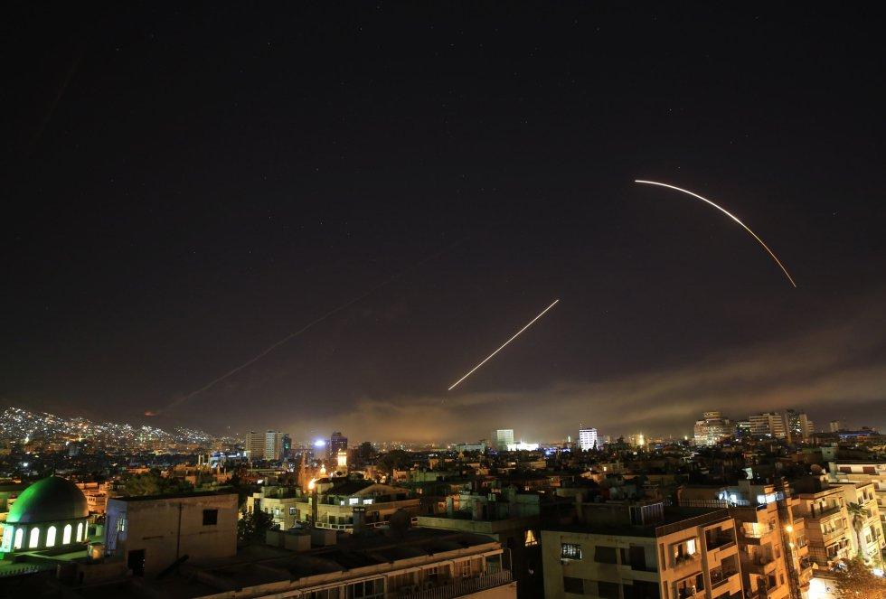 Срещу американските ракети в нощното небе над Дамаск на 14 април бяха пуснати прехващачи на сирийската ПВО. Снимка: El Pais