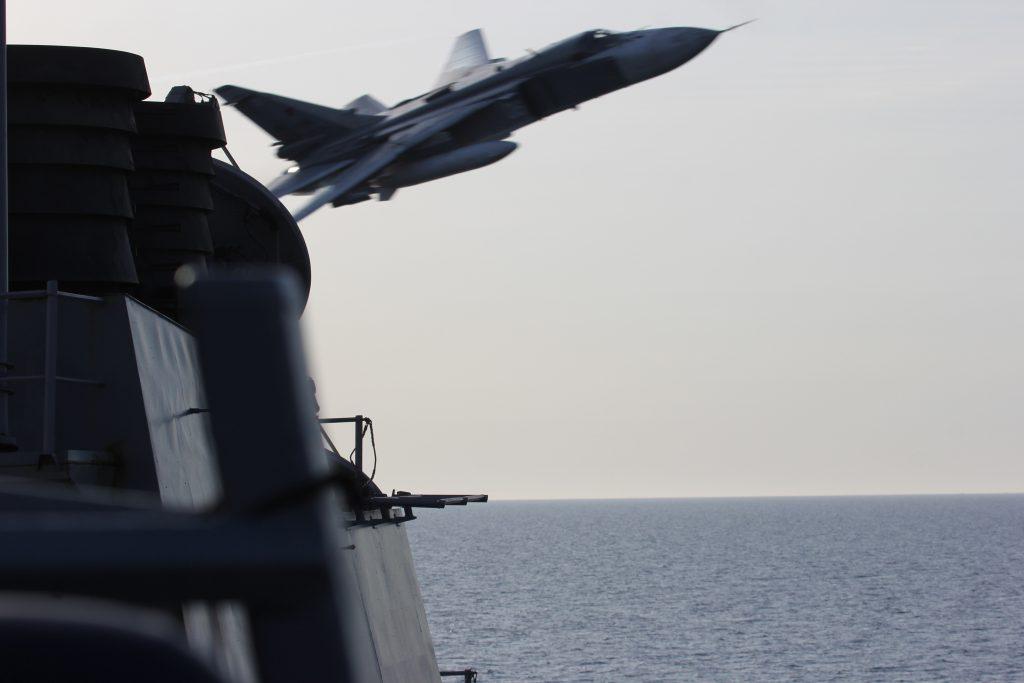 """Турски медии съобщиха днес за прелитане на руски самолети край американски кораби в Средиземно море, но информацията бе опровергана от Пентагона. На този кадър от """"Уикипедия"""" е заснет руски самолет """"Сухой"""" край """"Доналд Кук"""" по време на засичане в Балтийско море през 2016 г."""