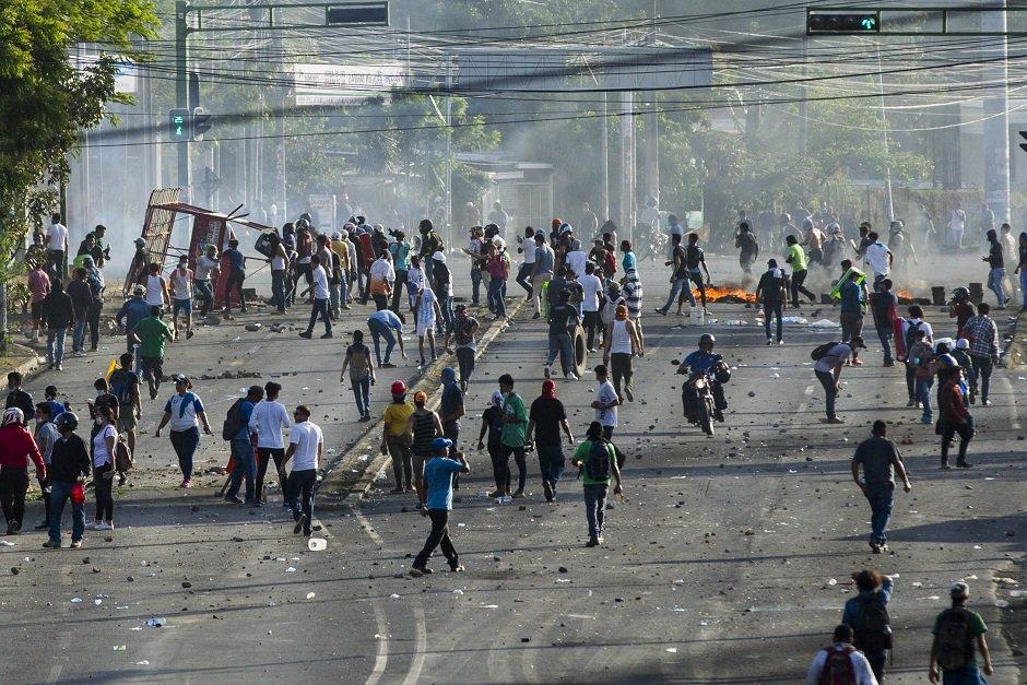Улиците на Манагуа бяха превърнати в бойни полета от протестиращите. Снимка: Resumen Latinoamericano