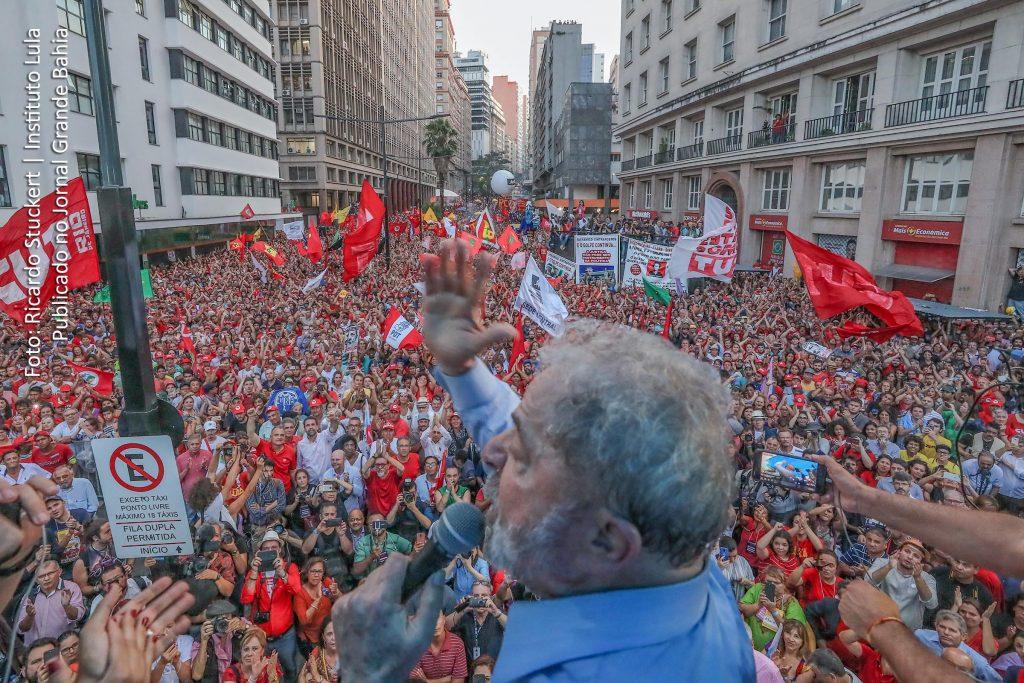 """Лула лесно пали и повежда площадите, които разпознават в него """"свой"""". Затова противниците му така усърдно се стараят да го махнат от политическата сцена. Снимка: Jornal Grande Bahia"""
