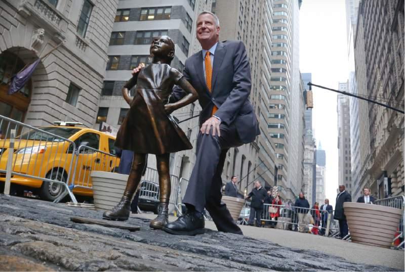 """Кметът на Ню Йорк Бил де Блазио е сред почитателите на """"Безстрашното момиченце"""". Снимка: The Press Democrat"""
