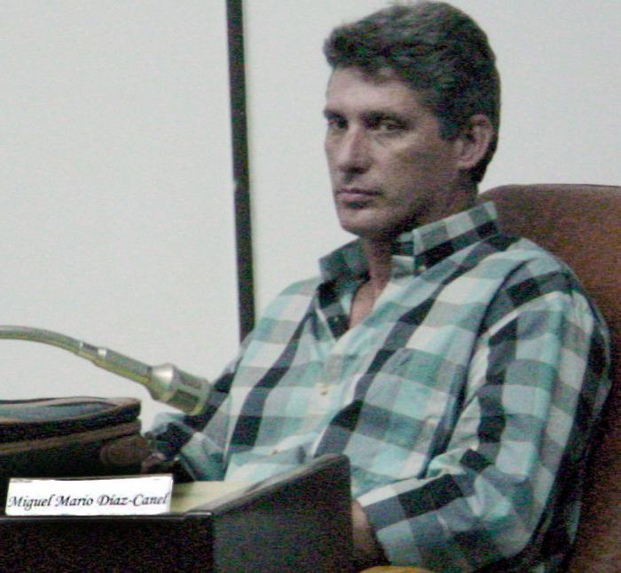 Мигел Диас-Канел като млад и отворен партиен секретар във Вия Клара. Снимка: Granma
