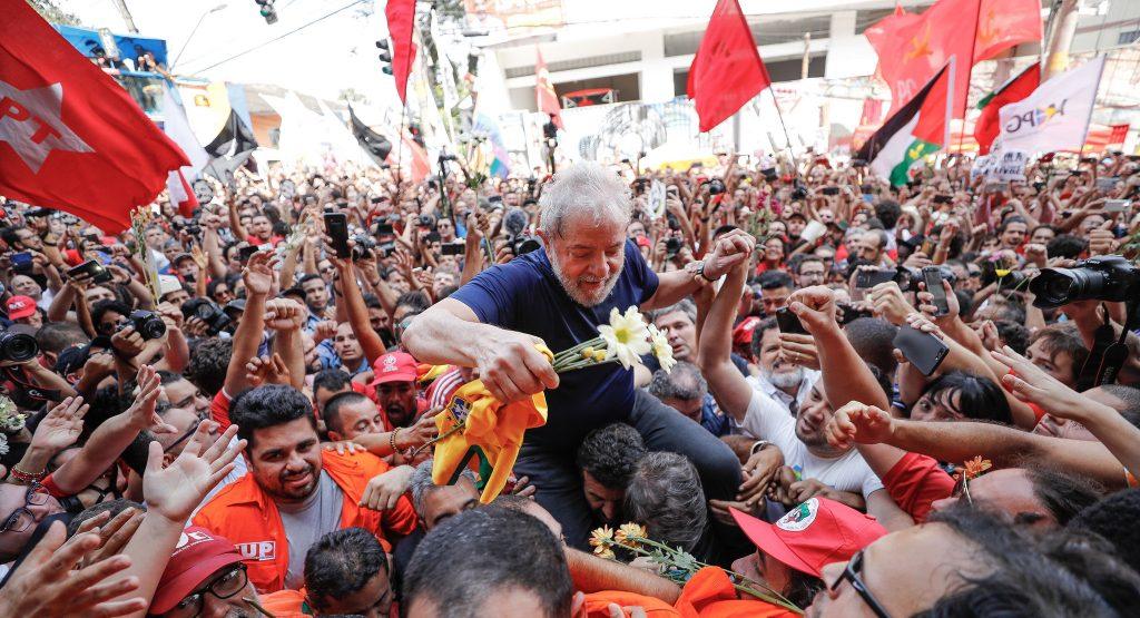 Преди да тръгне към затвора, Лула да Силва бе понесен на ръце от екзалтираните си привърженици. Снимка: Instituto Lula