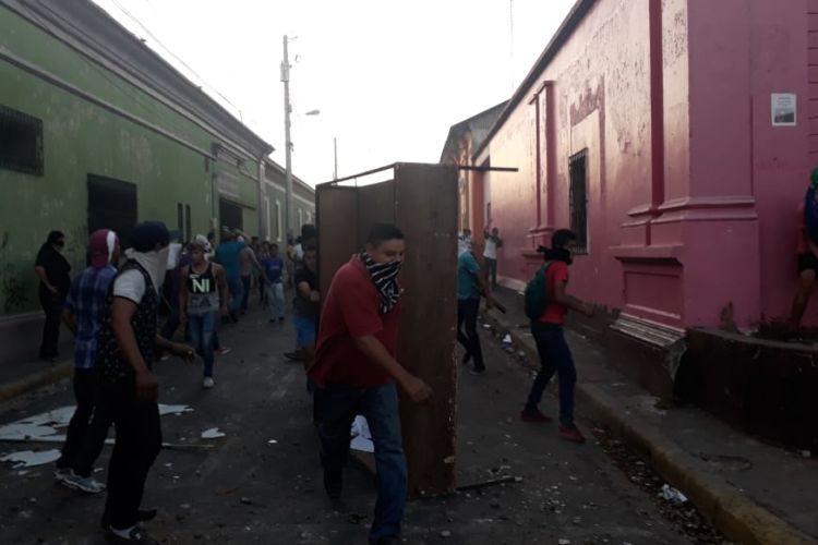Опустошаването и разграбване на офиси също влиза в арсенала на протестиращите. Снимка: Resumen Latinoamericano