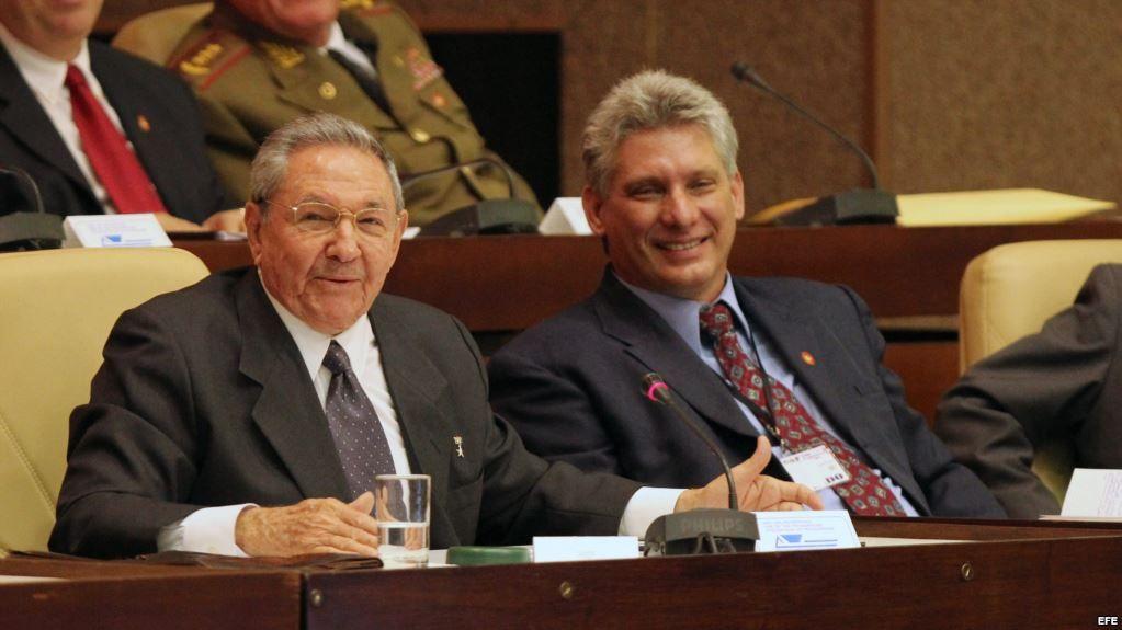 Мигел Диас-Канел заедно с Раул Кастро по време на заседание на Националното събрание през 2013 г. Снимка: cubadebate
