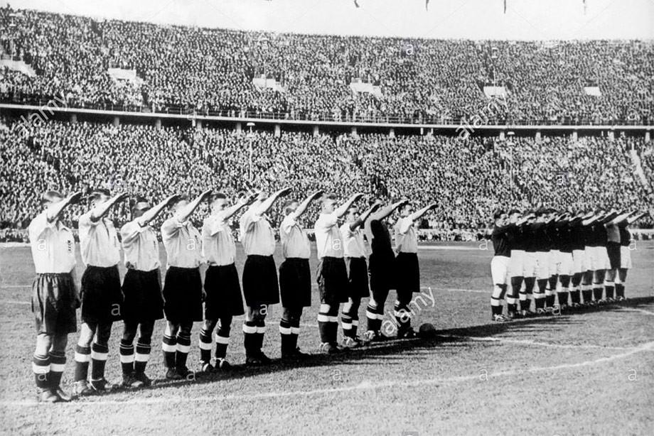 Руският външен министър визира тази снимка от футболен мач между отборите на Великобритания и Германия през 1938 г. Снимка: championat