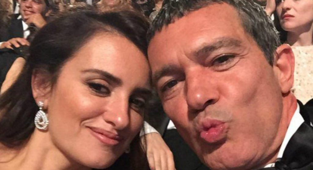"""Това селфи с Пенелопе Крус, което Антонио Бандерас направи на церемонията по връчването на испанските кинонагради """"Гойя"""" през 2015-та, актьорът качи после в своя Туитър"""