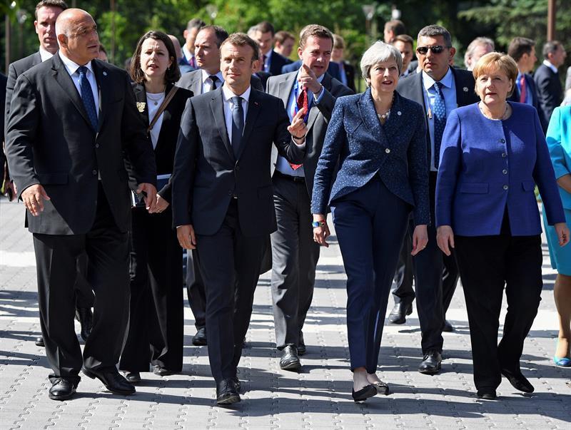 Бойко Борисов води Еманюел Макрон, Тереза Мей и Ангела Меркел по Моста на влюбените в София. Снимка: EFE