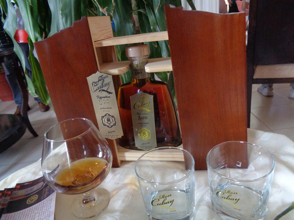 """Тази бутилка ром """"Кубай"""", посветена на 500-годишнината на град Ремедиос, струва 300 долара. Снимка: Къдринка Къдринова"""