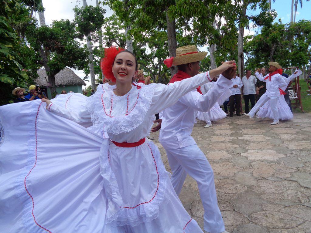 Покрай танцовите състави, които ни посрещаха навсякъде, опознахме цялото богатство на кубинския фолклор. Снимка: Къдринка Къдринова