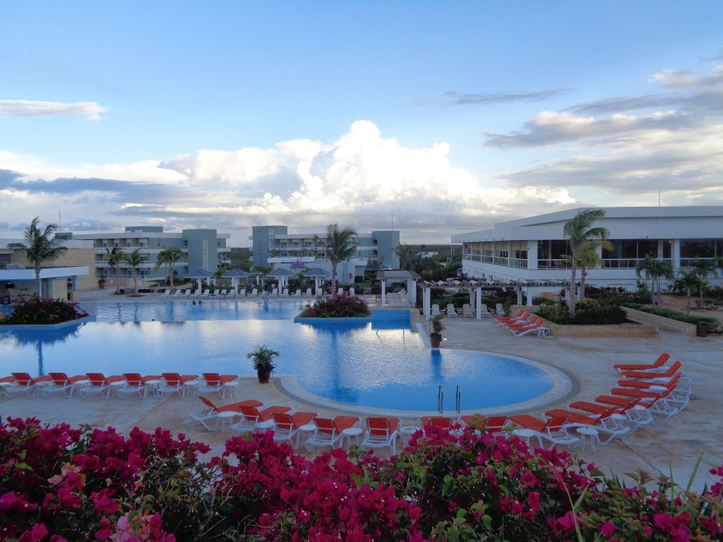 """Край басейна на хотел """"Дауа"""" на кайо Санта Мария по свечеряване. Снимка: Къдринка Къдринова"""