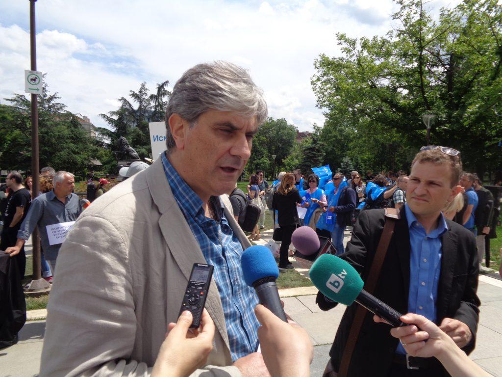 Проф. Атанас Карафезлиев отговаря на въпросите на журналистите. Снимка: Къдринка Къдринова