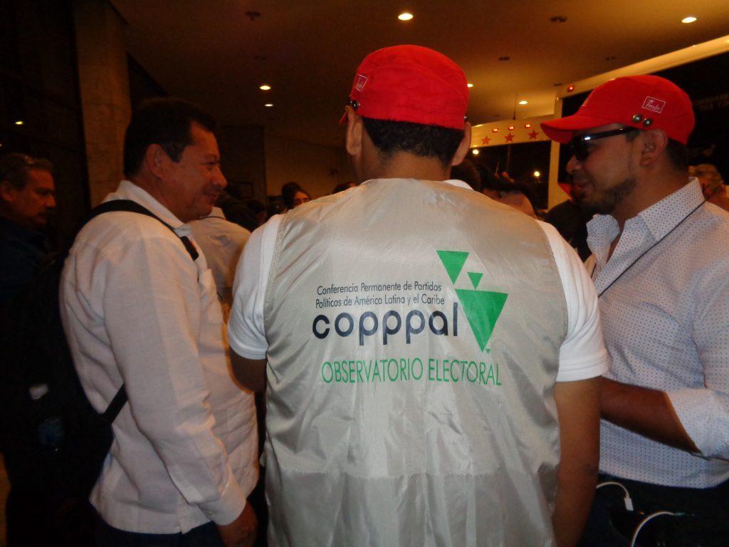 Наблюдателите от COРРРAL (Постоянна конференция на политическите партии в Латинска Америка) носеха специални елеци с надписа на организацията им. Снимка: Къдринка Къдринова
