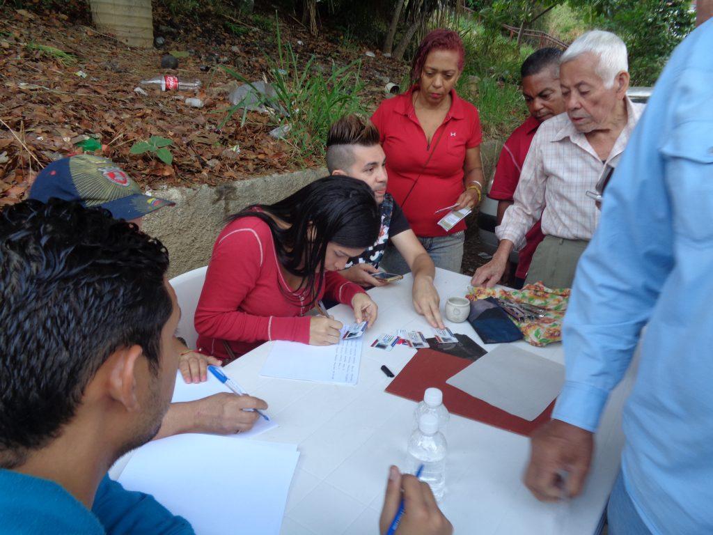 """Чавистки """"червен пункт"""" в район """"Канята"""" на квартал """"23 януари"""" в Каракас. Той бе разположен на около 200 метра от центъра за гласуване, както изисква законът. Всички партии имат право на такива """"червени пунктове"""", които засичат броя на гласувалите за сверка после с официалните данни. Пунктовете са обичайна практика от 20 години насам. Снимка: Къдринка Къдринова"""