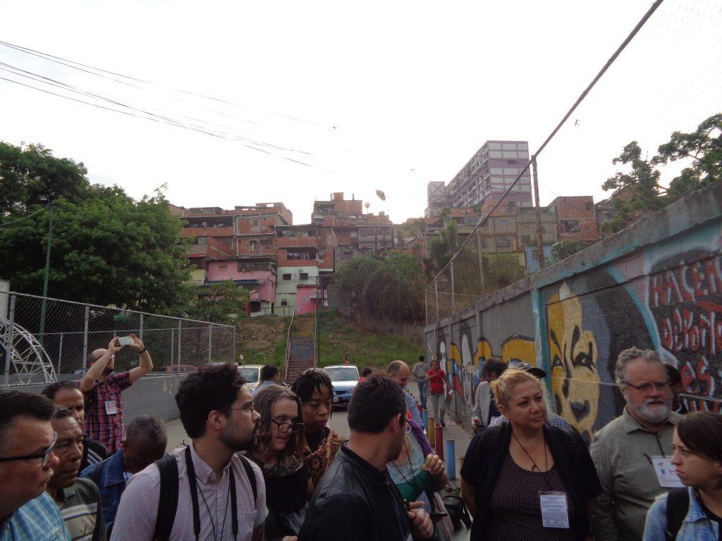 """Международни наблюдатели вървят към центъра за гласуване в район """"Канята"""" на квартал """"23 януари"""" в Каракас. Снимка: Къдринка Къдринова"""