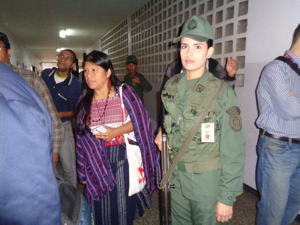 Армейската охрана на изборните секции на някои места беше поверена на красиви момичета във военни униформи. Снимка: Къдринка Къдринова