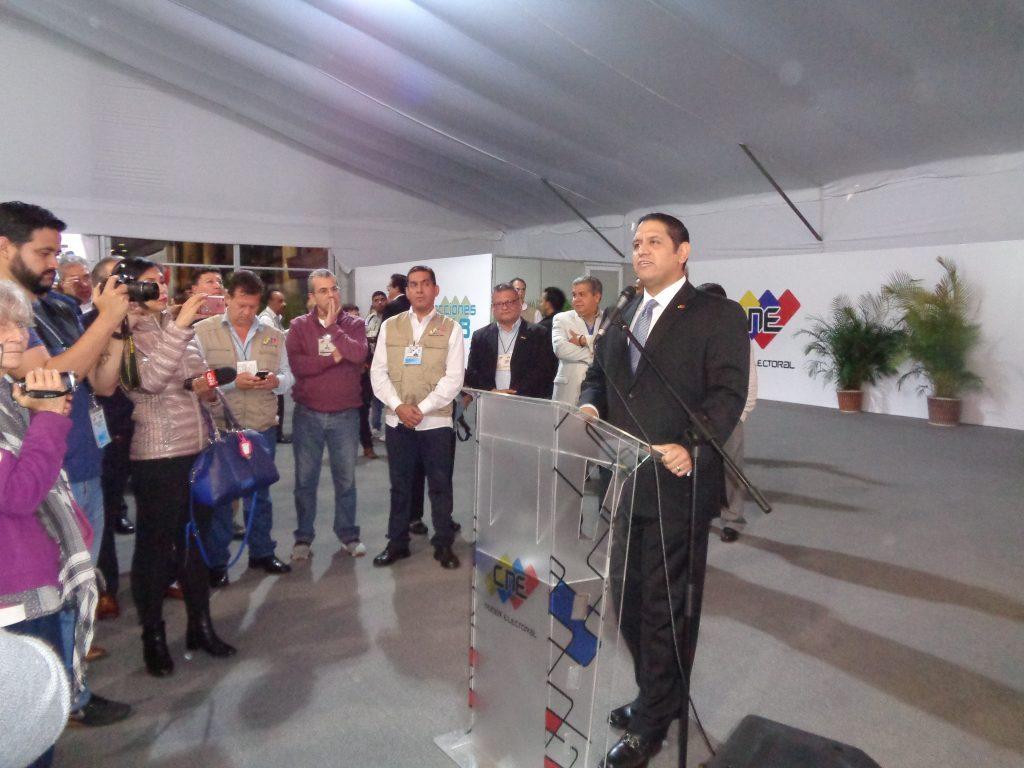 Луис Емилио Рондон държи опозиционната си реч в CNE. Снимка: Къдринка Къдринова
