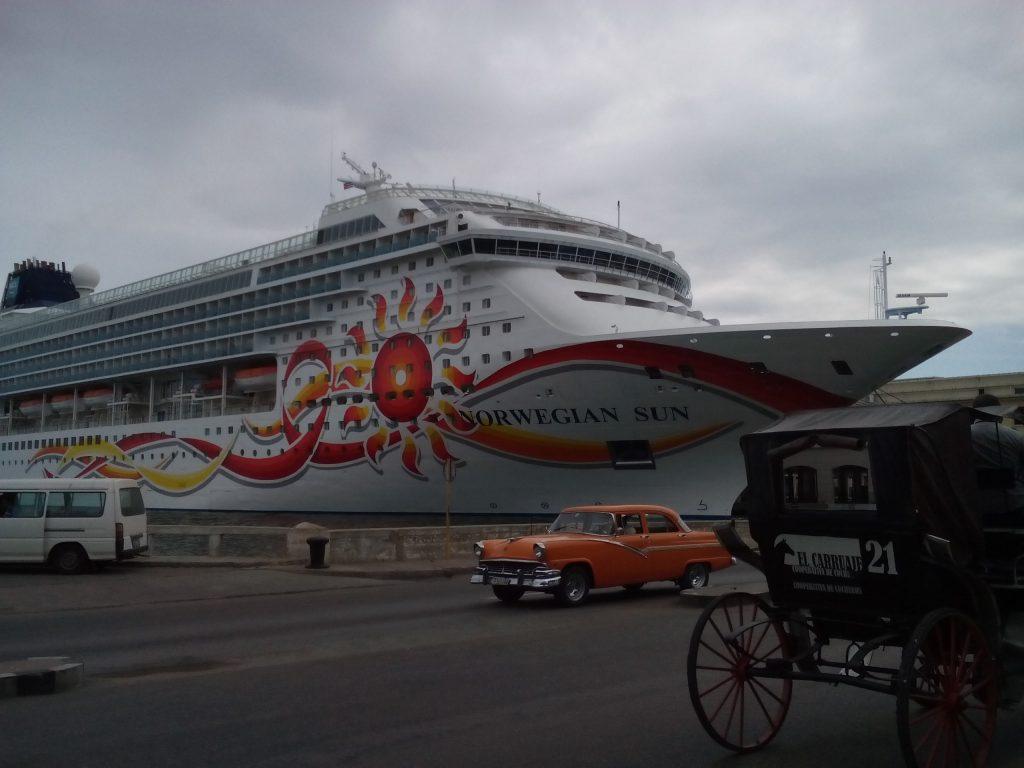 """Въпреки че се казва """"Норвежко слънце"""", този круизен кораб в пристанището на Хавана всъщност е американски. И е докарал поредната партида туристи от САЩ. Снимка: Къдринка Къдринова"""