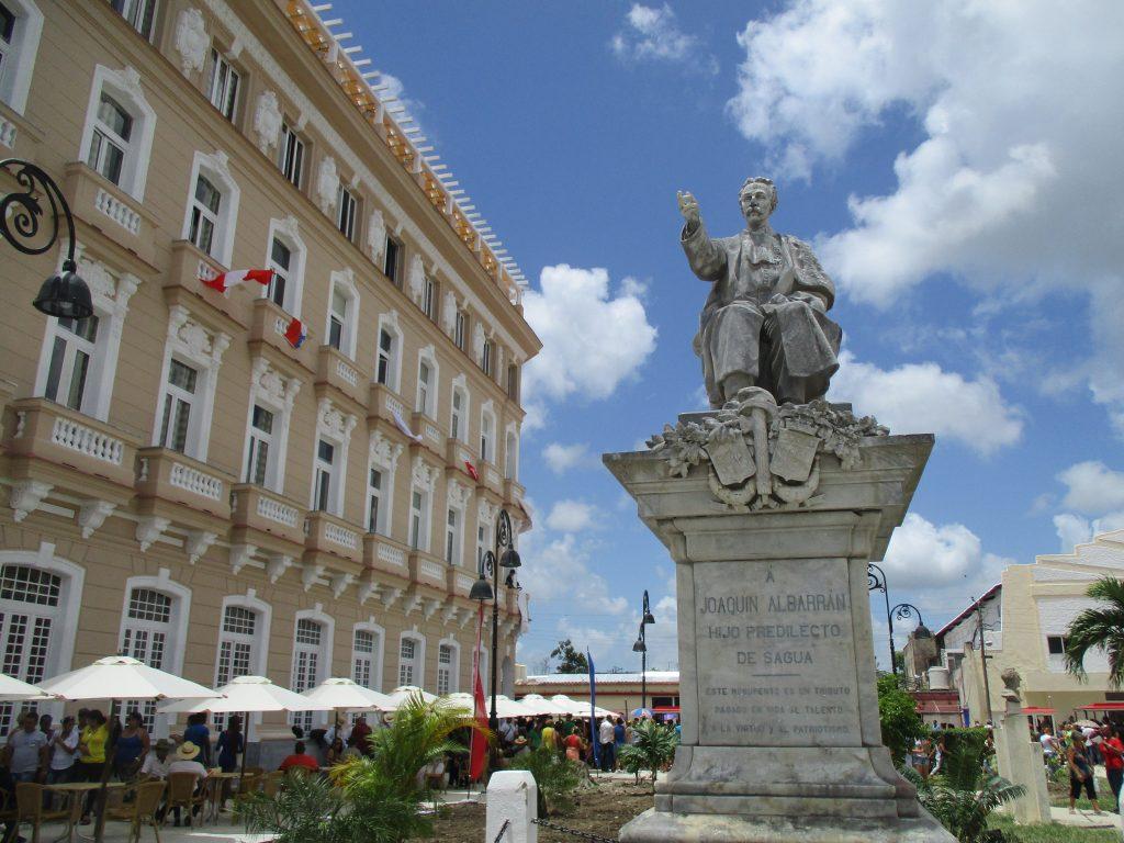 """Вляво е сградата на новия гранд-хотел """"Сагуа"""", а отпред е паметникът на родения в Сагуа ла Гранде Хоакин Албаран, който по-късно живее в Испания и Франция, става известен уролог и е смятан за """"бащата"""" на френската урология. Снимка: Къдринка Къдринова"""