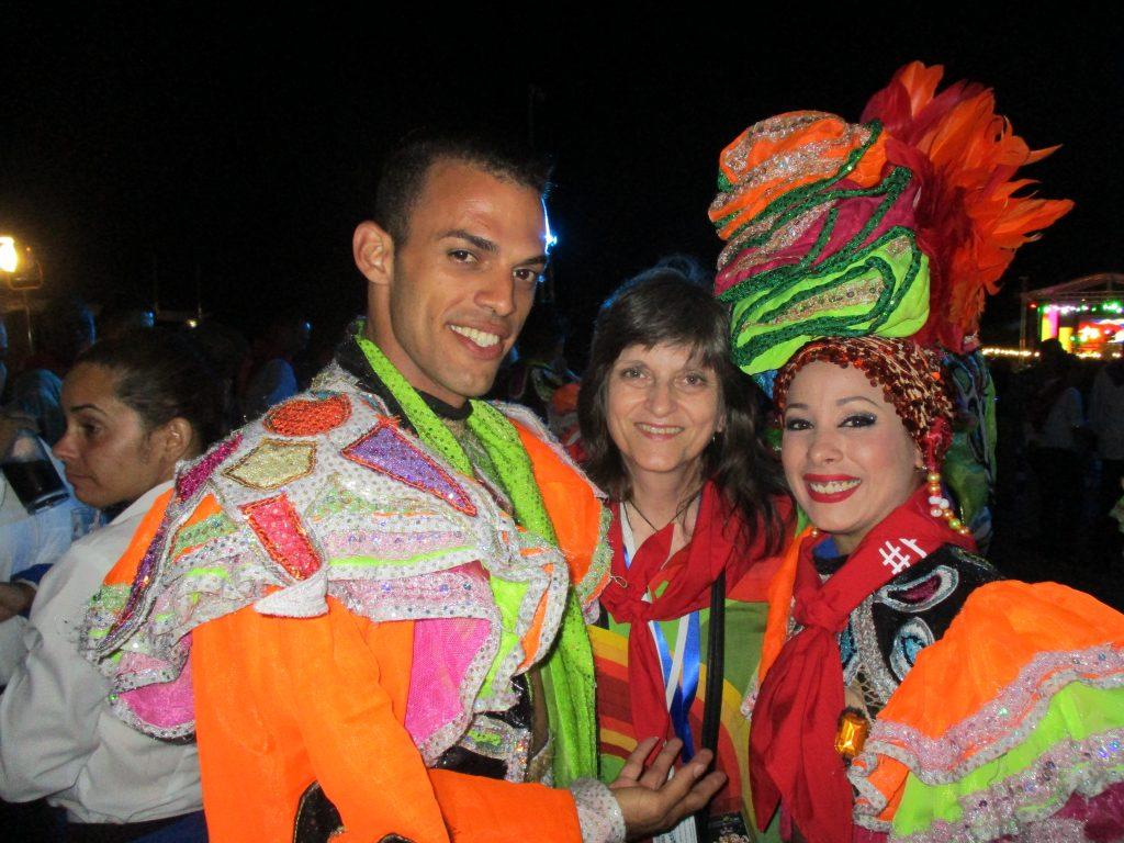 Авторката с двама от танцьорите на закриването на FITCuba2018