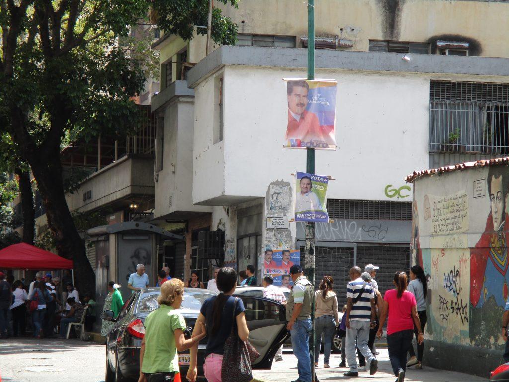 """На уличния стълб в дъното на кадъра се виждат изборни плакати на Николас Мадуро и Хавиер Бертучи. Снимката е правена в община """"Либертадор"""" в Каракас в изборния ден. Снимка: Къдринка Къдринова"""
