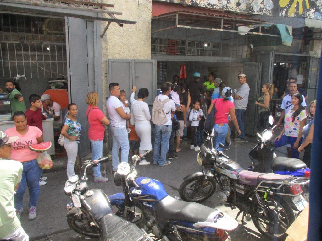 """Опашка пред магазин в централната община """"Либертадор"""" в Каракас в изборния ден 20 май. Снимка: Къдринка Къдринова"""