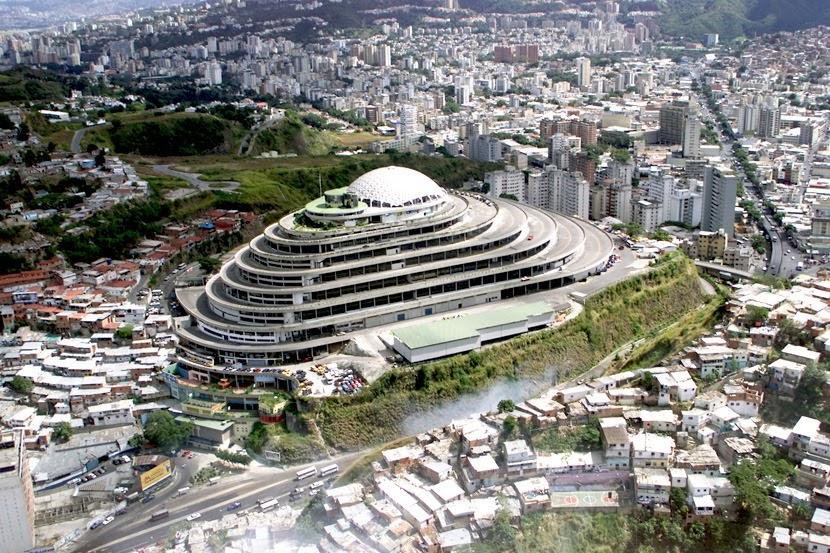 """Сградата El Helicoide (""""Спиралата"""") в Каракас, където се намира разбунтувалият се затвор. Снимка: magnusmundi"""