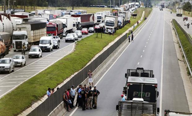 По магистралите в Бразилия няма движение. Платната са или празни, или блокирани от участниците в транспортната стачка. Снимка: Agrofy